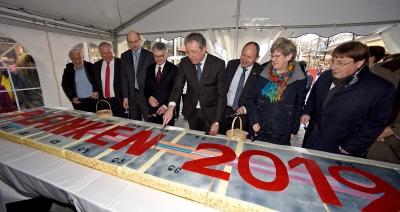 Oberbürgermeister Dr. Peter Kurz beim Kuchenanschnitt zur Neugestaltung der Planken
