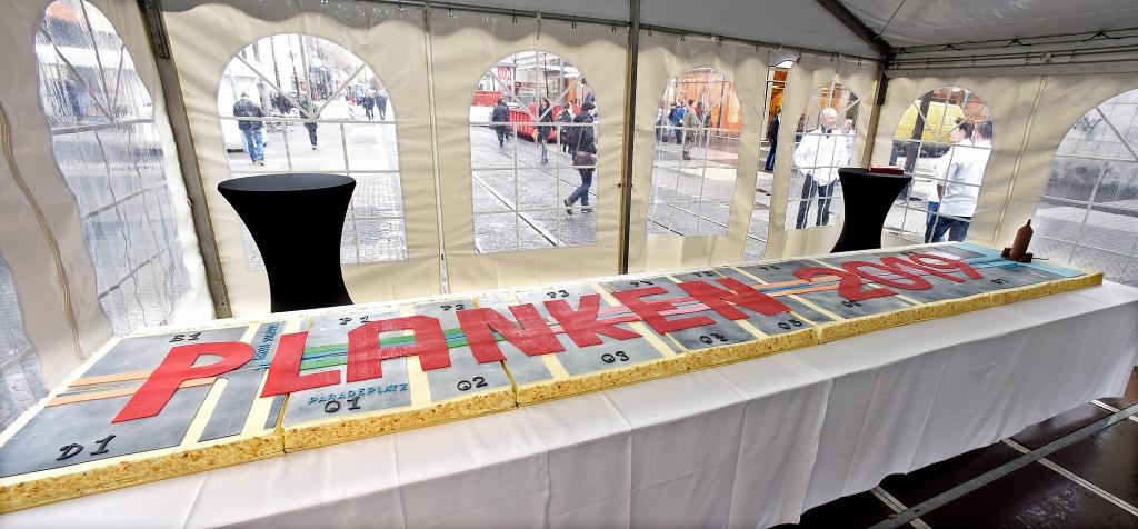 Der riesige Plankenkuchen zum Auftakt der Neugestaltung. Copyright: Stadtmarketing Mannheim GmbH / Thomas Tröster