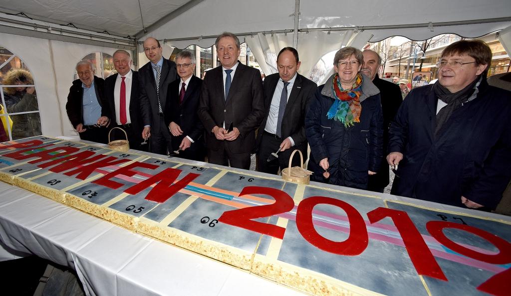 Anschnitt des riesigen Plankenkuchens zum Auftakt der Neugestaltung. Copyright: Stadtmarketing Mannheim GmbH / Thomas Tröster