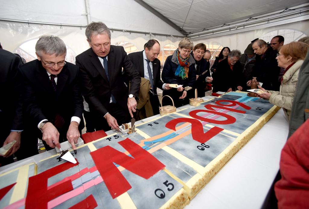 Für jeden ein Stück Planken 2019: Ausgabe des riesigen Plankenkuchens durch die Bürgermeister und Bauherren. Copyright: Stadtmarketing Mannheim GmbH / Thomas Tröster