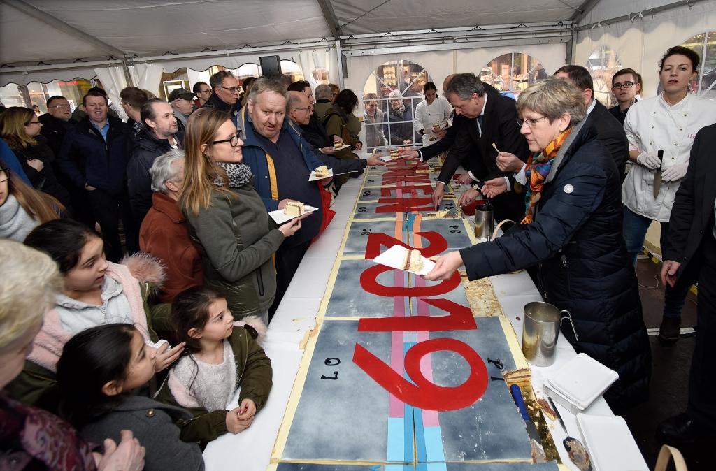 Bürger, Kunden und Besucher waren eingeladen, sich ein Stück des riesigen Plankenkuchens schmecken zu lassen. Copyright: Stadtmarketing Mannheim GmbH / Thomas Tröster